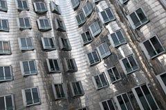 Abstraktes zeitgenössisches Silber gebogenes Gebäude Lizenzfreies Stockfoto