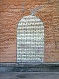 Abstraktes Ziegelsteinsteinfenster auf der Steinwand, Lizenzfreie Stockfotografie