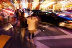 Abstraktes Zoombild des Nachtverkehrs Stockfoto