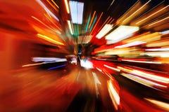 Abstraktes Zoombild des Nachtverkehrs Stockfotos
