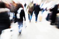 Abstraktes Zoombild von gehenden Leuten Stockbild