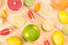 Abstraktion auf dem Hintergrund von Zitrusfrüchten der hölzernen Bretter und von ihren Scheiben Lizenzfreies Stockbild