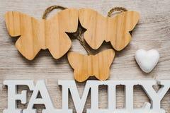 Abstraktion auf dem Thema der Familie Weißes Herz, rote Aufschrift von der Einzelperson beschriftet Mutter und weiße Aufschriftfa Lizenzfreies Stockbild