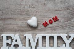 Abstraktion auf dem Thema der Familie Weißes Herz, rote Aufschrift von der Einzelperson beschriftet Mutter und weiße Aufschriftfa Stockfotografie