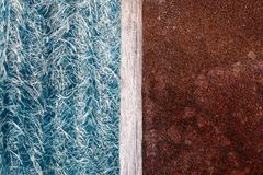 Abstraktion blauen textolite Schiefers, Hintergrund zur Hälfte mit einer rostigen Metallplatte und ein Trennstreifen des Holzes lizenzfreies stockfoto
