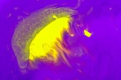 Abstraktion der gelben Farbe auf einem violetten Hintergrund in Form einer sich hin- und herbewegenden Schwimmens der Quallen im  Lizenzfreie Stockbilder