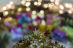 Abstraktion des neuen Jahres mit Lichtern und einem Weihnachtsbaum Stockfotografie