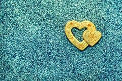 Abstraktion, ein heißes Herz in einem kalten Winter Herz auf einem glänzenden Türkishintergrund Lizenzfreies Stockbild