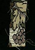 Abstraktion für den Hintergrund dunkelbraunes Gewebe mit den Blumenverzierungen, die vom Wald gemacht werden, verlässt Lizenzfreie Stockfotografie