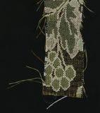 Abstraktion für den Hintergrund dunkelbraunes Gewebe mit den Blumenverzierungen, die vom Wald gemacht werden, verlässt Stockbild