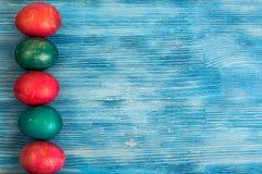 Abstraktion malte Ostereier auf einem blauen Hintergrund Lizenzfreies Stockbild