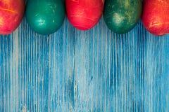 Abstraktion malte Ostereier auf einem blauen Hintergrund Lizenzfreie Stockbilder