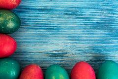 Abstraktion malte Ostereier auf einem blauen Hintergrund Stockbild