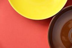 Abstraktion mit bunten Platten auf rotem Hintergrund Lizenzfreie Stockfotos