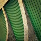 Abstraktion mit grüner metallischer Wand Stockfotos