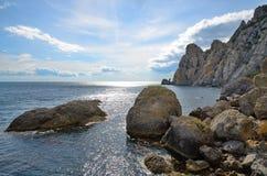 Abstraktion mit großen Steinen auf dem felsigen Ufer des Meeres, Krim, Novy Svet Lizenzfreie Stockfotos