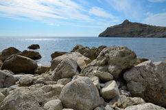 Abstraktion mit großen Steinen auf dem Seeufer und dem Kap Kapchyk, Krim, Novy Svet Lizenzfreie Stockbilder