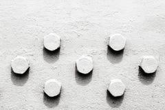 Abstraktion in Schwarzweiss mit Schraubenköpfen Stockfoto