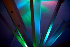 Abstraktion Strahlen unter Polycom mit farbigen Lichtern Schöne reiche Farben Lizenzfreies Stockfoto