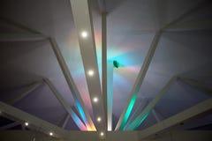 Abstraktion Strahlen unter Polycom mit farbigen Lichtern Schöne reiche Farben Lizenzfreie Stockfotos