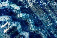 Abstraktion, turkos och violett varm batik, bakgrundstextur som är handgjord på silke arkivbild