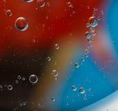Abstraktion von Öltröpfchen auf Wasseroberfläche Lizenzfreie Stockbilder