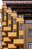 Abstraktion von den Balkonen und von den Fenstern eines mehrstöckigen Gebäudes Lizenzfreie Stockbilder