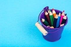 Abstraktion von den Gartenwerkzeugen und von farbigen Bleistiften Stockfotografie