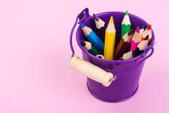 Abstraktion von den Gartenwerkzeugen und von farbigen Bleistiften Lizenzfreie Stockbilder