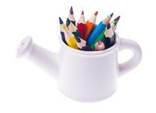 Abstraktion von den Gartenwerkzeugen und von farbigen Bleistiften Lizenzfreie Stockfotos