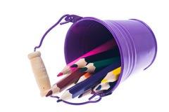 Abstraktion von den Gartenwerkzeugen und von farbigen Bleistiften Lizenzfreies Stockfoto