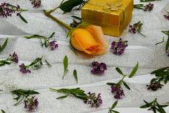Abstraktion von kleinen violetten Blumen auf einem silbernen Band Lizenzfreies Stockfoto