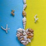 Abstraktion von Muscheln auf einem gelben blauen Hintergrund Stockbilder