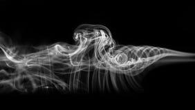 Abstraktion: weißes mystisches Rauchmuster auf Schwarzem Lizenzfreie Stockfotografie