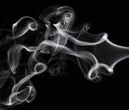Abstraktion: weißes Rauchmuster auf Schwarzem Stockbild