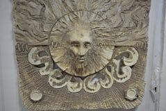 Abstraktionen av det uttalade keramiska huvudet av mannen för trollkarl` s och vårdaren av skogarna och fälten göras i en dagst Arkivbild