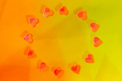 Abstraktionsgelb mit roten Herzen 2 Stockfoto