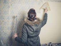 Abstreifende Tapete der jungen Frau Lizenzfreie Stockbilder