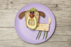 Abstreifenhund gemacht mit Brot und Gemüse Lizenzfreie Stockfotografie