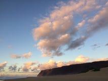Abstreifensand-Strand am Polihale-Nationalpark auf Kauai-Insel, Hawaii während des Sonnenuntergangs Stockfoto