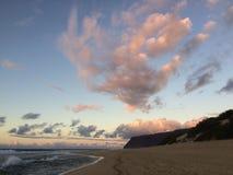 Abstreifensand-Strand am Polihale-Nationalpark auf Kauai-Insel, Hawaii während des Sonnenuntergangs Lizenzfreie Stockfotografie