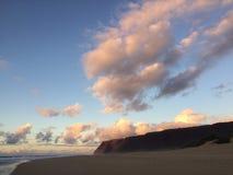 Abstreifensand-Strand am Polihale-Nationalpark auf Kauai-Insel, Hawaii während des Sonnenuntergangs Stockfotografie