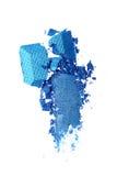 Abstrich des zerquetschten blauen glänzenden Lidschattens als Probe des kosmetischen Produktes Lizenzfreie Stockbilder