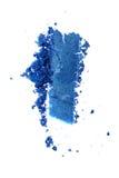 Abstrich des zerquetschten blauen glänzenden Lidschattens als Probe des kosmetischen Produktes Lizenzfreie Stockfotografie