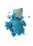 Abstrich des zerquetschten blauen glänzenden Lidschattens als Probe des kosmetischen Produktes Stockfotos