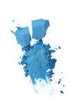 Abstrich des zerquetschten blauen Lidschattens als Probe des kosmetischen Produktes Stockbild