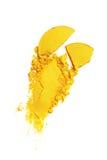 Abstrich des zerquetschten gelben Lidschattens als Probe des kosmetischen Produktes Stockfotos