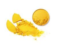 Abstrich des zerquetschten gelben Lidschattens als Probe des kosmetischen Produktes Lizenzfreie Stockfotografie