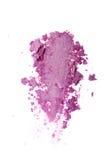 Abstrich des zerquetschten glänzenden violetten Lidschattens als Probe des kosmetischen Produktes Stockbild