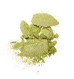 Abstrich des zerquetschten grünen Lidschattens als Probe des kosmetischen Produktes Stockfoto